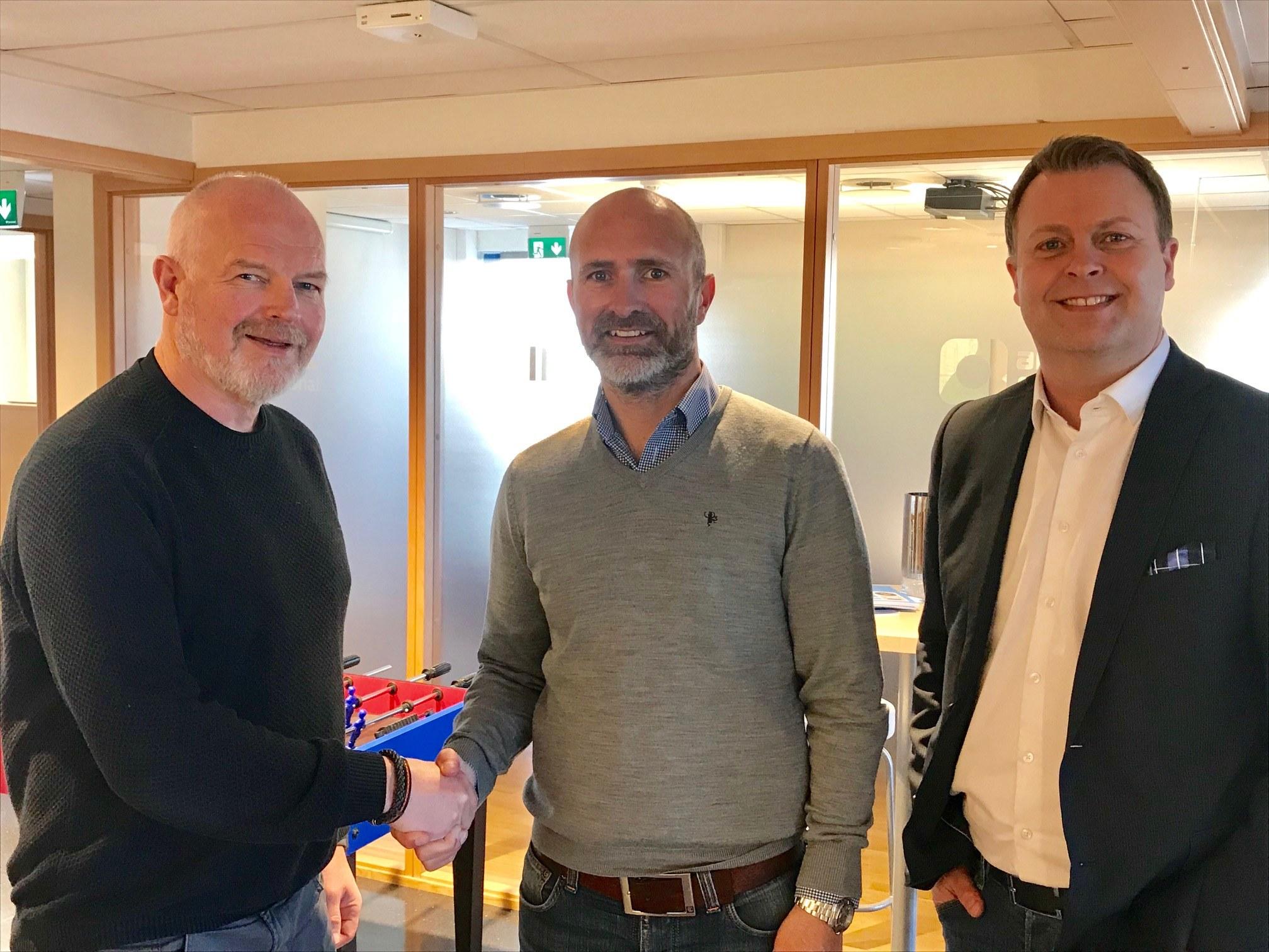Arvid Brandmo, Fagansvarlig Rekruttering – Geir Egil Nordang, Prosjektdirektør Peritus Entreprenør AS håndhilser over samarbeid, Trond Stensbøl fra IMPACT er også med i bildet.