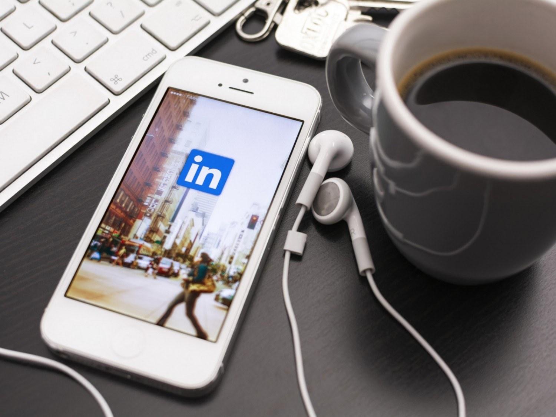 Mobiltelefon med LinkedIn logo - Dreamstime © Hegnar Media
