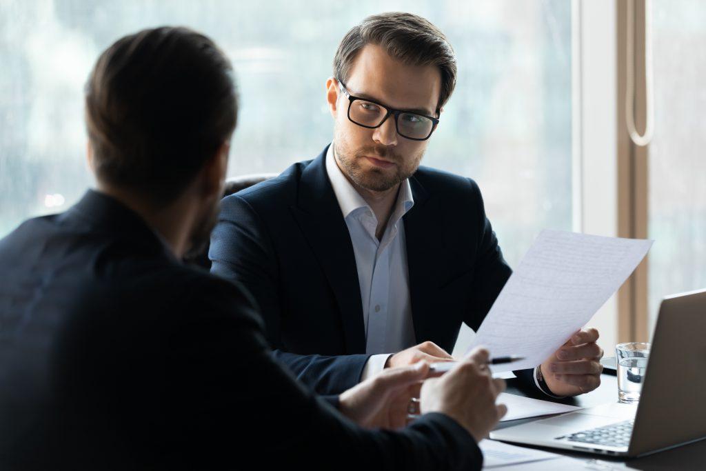 Mann hjelper CEO med støtte og gode råd.